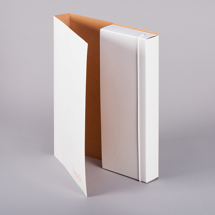 Cardboard folder with elastic closure
